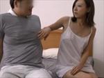 本日の人妻熟女動画 : 逞しい肉体の宅配業者を誘惑する欲求不満人妻