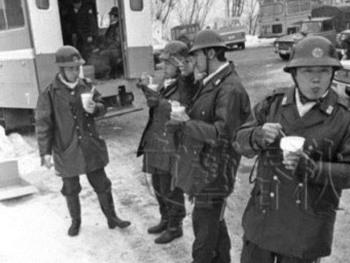 連合赤軍あさま山荘事件でカップヌードルを食べる機動隊員