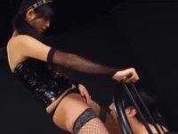 ベッドの柵に手を束縛されてクンニ奉仕させられる男(xHamster)