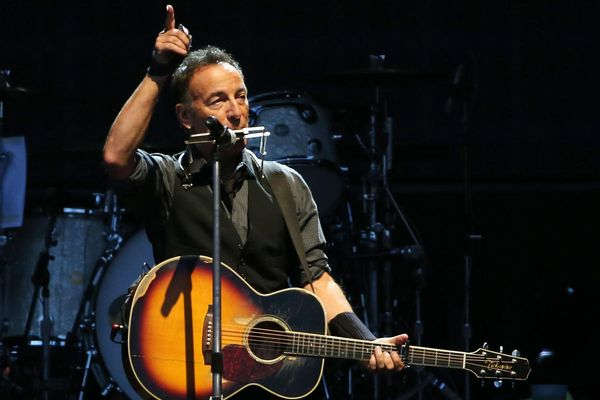 la-et-ms-watch-bruce-springsteen-strums-croaks-002.jpg