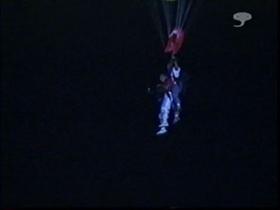 パラシュートに吊られて降りてきた