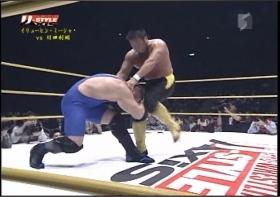 川田は頭部への膝蹴り連打、