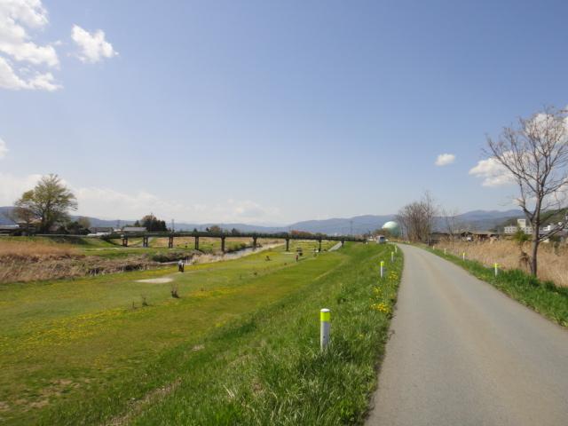 諏訪湖への堤防道路