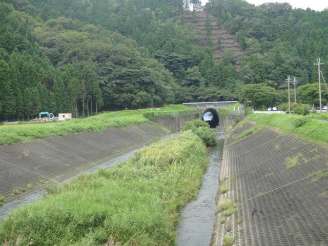 トンネルは山を抜けて