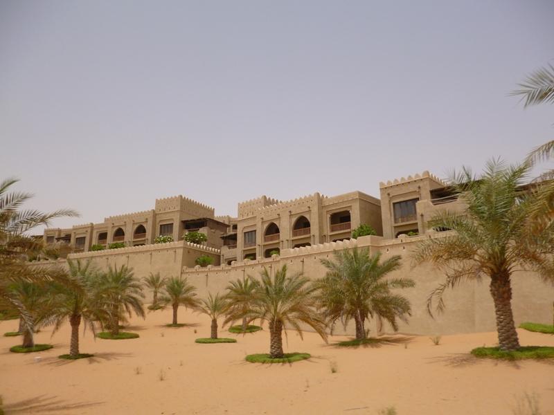 大砂丘に突如と現れるホテル・カスールアルサラブ