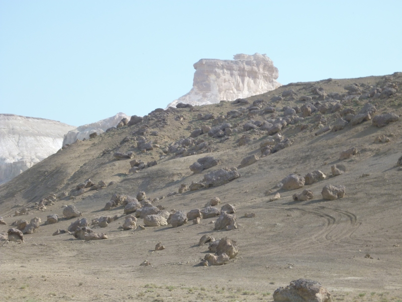 巨大な丸い岩が点在
