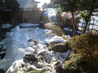 庭の雪はまだまだ残っている