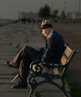 孤独 老人 ベンチ