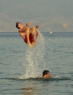 宙返り 水遊び