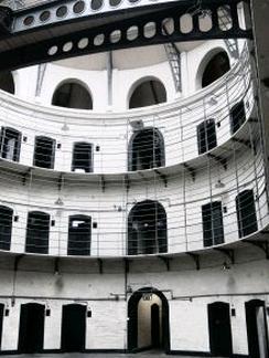 刑務所 パノプティコン 一望監視装置