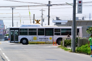 JR羽根道踏切と名鉄ハイブリッドバス