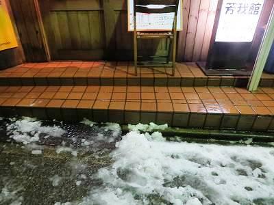 芳我館入口前の雪