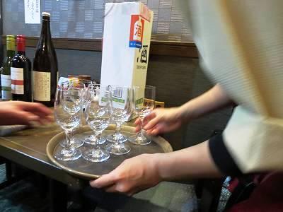 ワイングラスを運ぶバイトのRさん