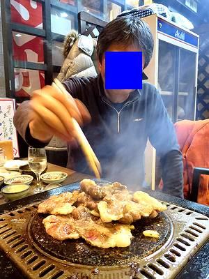 楽しげにラム肉を焼くY氏
