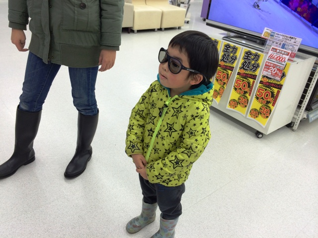 3Dメガネをかけている陸ちゃん