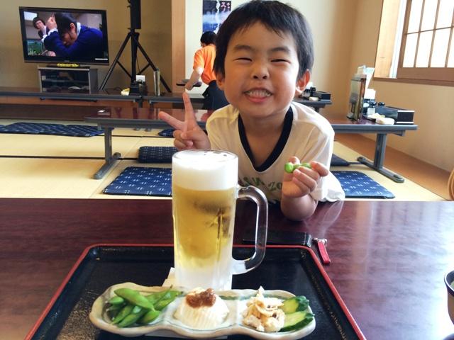 ビールのつまみを食べる陸ちゃん