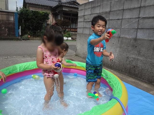 プールで水鉄砲