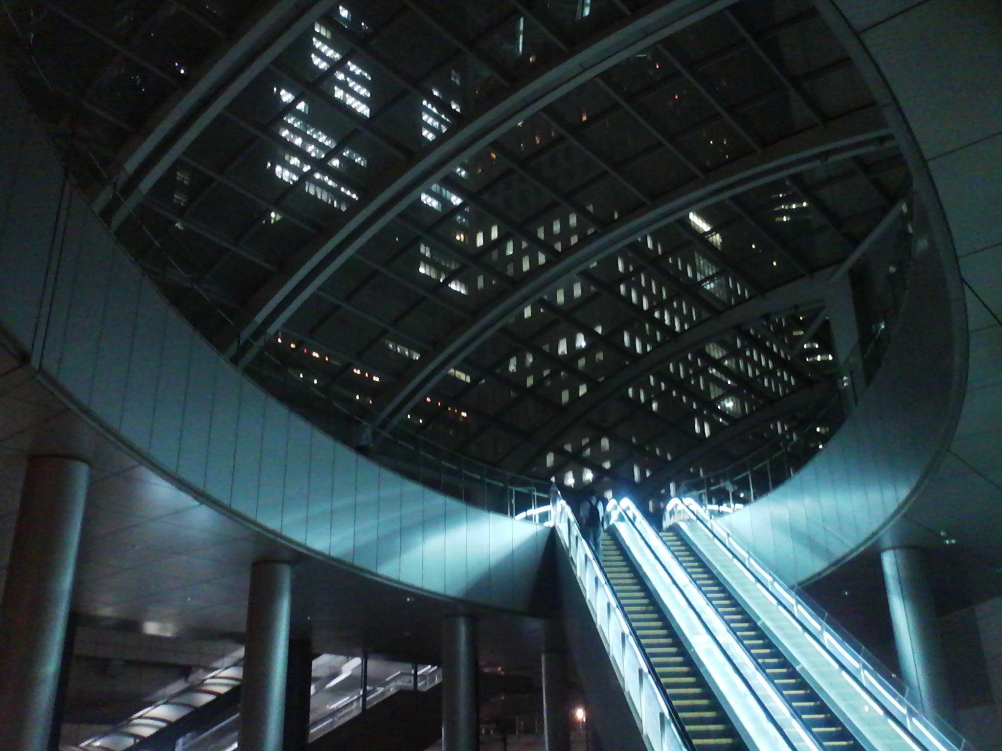 夜の汐留のエスカレーター