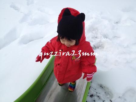 雪の中すべり台4