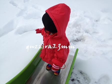 雪の中すべり台1