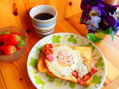 bacon eggs toast