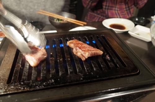 お肉やいてます