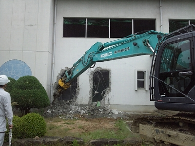 屋内運動場東面RC外壁解体