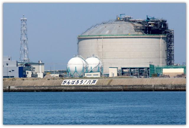 青森県 八戸市 海 港 八戸港 工業港 国際貿易港 うみねこ 写真 JX日鉱日石エネルギー八戸ターミナル LNGタンク 液化天然ガス がんばろう 八戸