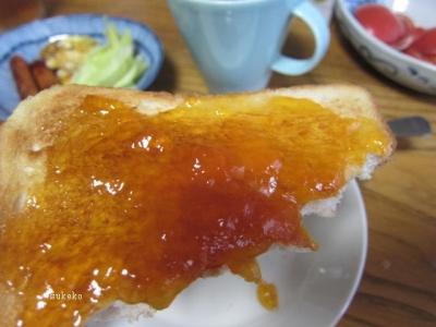 食パンに梅ジャム