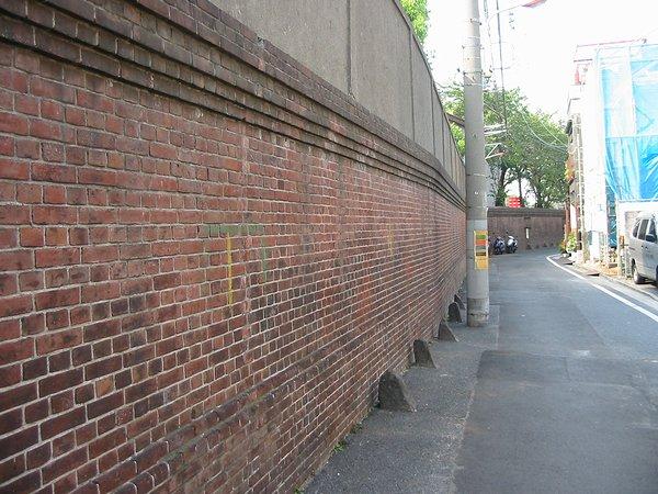 千住製絨所跡の煉瓦塀01_600