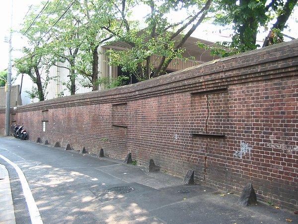千住製絨所跡の煉瓦塀03_600