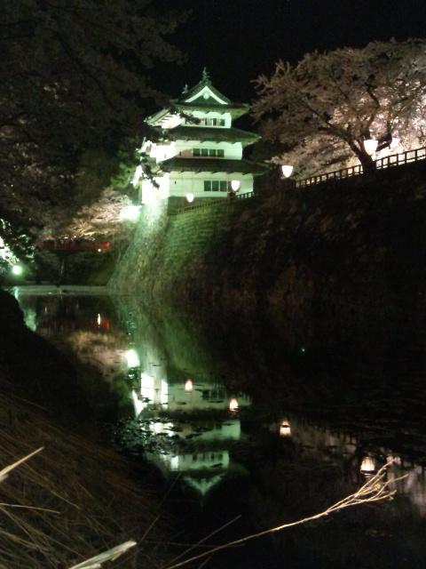水面の弘前城