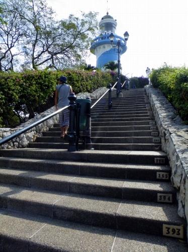 グアヤキル カラフルな家々 階段