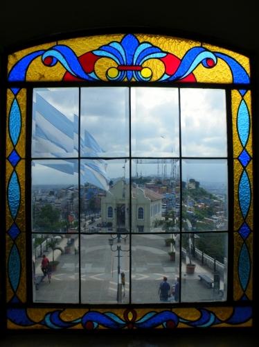 グアヤキル カラフルな家々 教会
