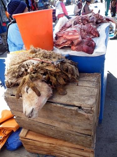 解体される羊