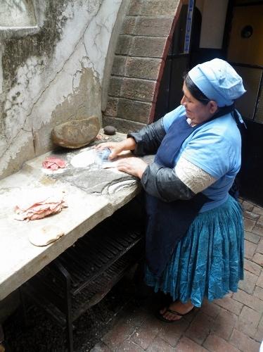 ミラネッサを作るおばちゃん