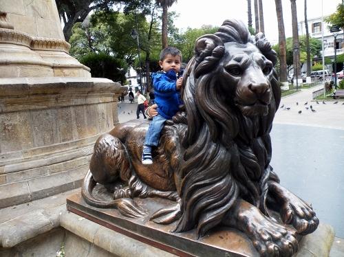 ライオンに乗る子供