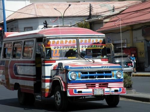 コチャバンバの派手なバス