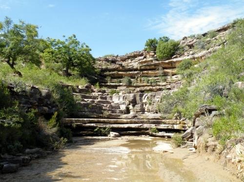 干乾びた滝
