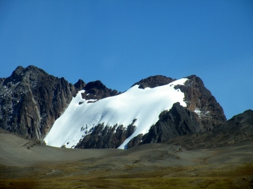 雪の残った山