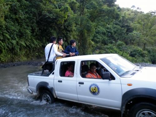 滝つぼに車