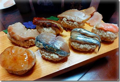 熟成豆腐寿司、ムネ肉ハム、まぐろホホ肉、カンパチ、ホタテ貝柱の甘ダレ掛け、首折れサバ、きびなご、サーモン