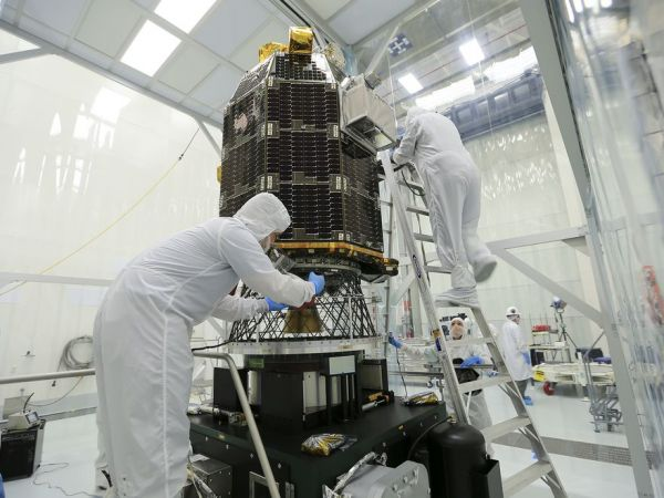 cleaning-spacecraft-01_79832_990x742_600x450.jpg