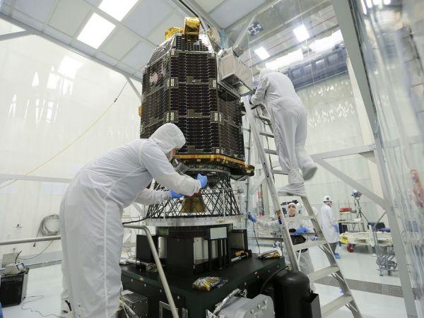 cleaning-spacecraft-01_79832_990x742_600x450.jpg
