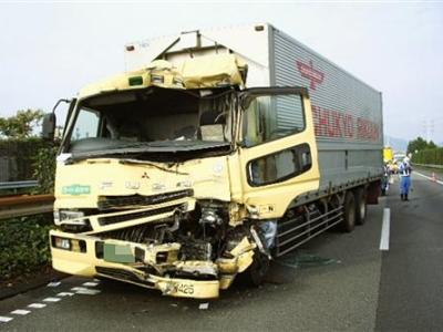 トラックの追突事故