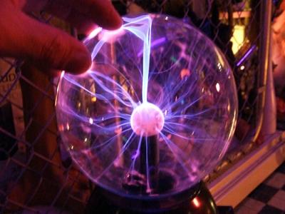 放電するプラズマボール