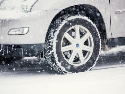 雪道を運転する車