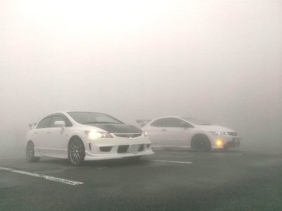 濃霧でヘッドライトを点灯