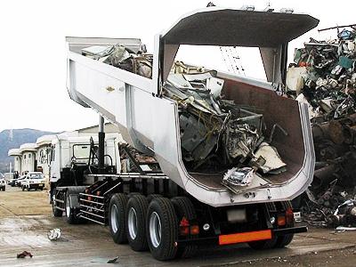 産業廃棄物を降ろすダンプトレーラー