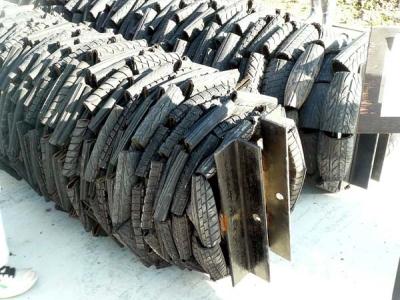 潰された廃タイヤ